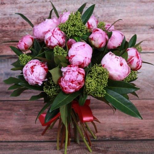 С какими цветами сочетаются пионы в букете