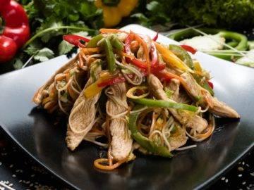 Как приготовить удон с курицей и овощами