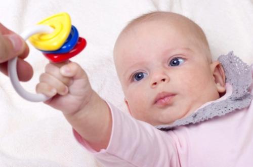 Когда давать погремушку новорожденному