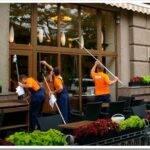 Как делается мойка уличных витрин магазинов
