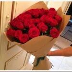 Как красиво оформить букет из красных роз